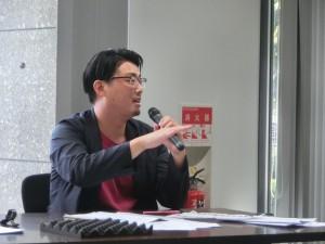<写真3>質問する斎藤慶和審査委員