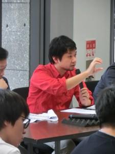 <写真5>質問する御手洗龍審査委員