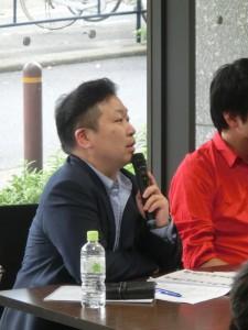 <写真4>質問する富田祐一審査委員