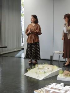 <写真6>模型を使いながら説明する岩崎清佳君