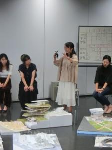 <写真8>模型を使いながら説明する山口真奈美君