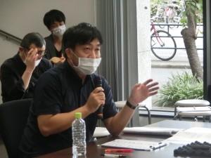 写真5 質問する貴志審査委員