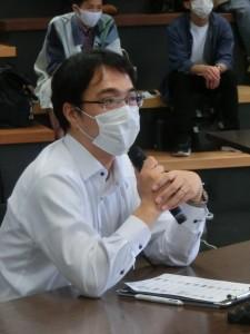 写真6 質問する妹尾審査委員