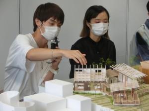 写真8 審査委員の質問に答える王博文君
