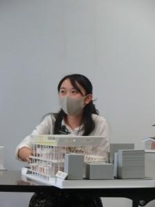 写真11 審査委員の質問に答える山口真奈美君