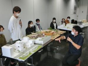 写真13 模型を挟んで討論する貴志審査委員と王博文君